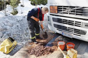 Kjell-Inge Wennberg från räddningstjänsten jobbar med sanering av den utläckta dieseln.