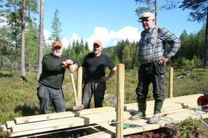 Göran Wallin, Nils Isaksson och Lars-Erik Gunnarsson är tre av de fyra som jobbat praktiskt med Älvdalens första rullstolsramp för fiskare.
