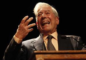 Vinnaren. 74-årige Mario Vargas Llosa väcker känslor som Nobelpristagare. Förutom författarskapet har Vargas Llosa länge engagerat sig politiskt.