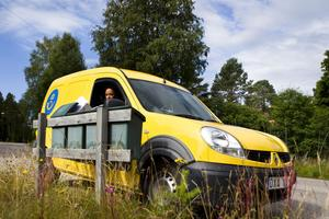 – I början var det svårt eftersom det lätt blir att man åker ut i mitten av vägen. Men man lär sig snabbt, säger Linn Färnlund om detta med att ha ratten på höger sida i postbilen.