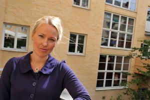 Olga Persson, förbundssekreterare hos Sveriges Kvinno- och Tjejjourers riksförbund, vill se en annan attityd hos personer som möter våldsutsatta kvinnor.