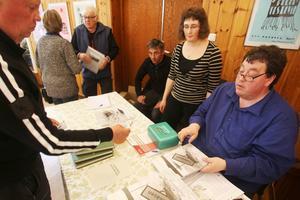 Syskonen Jan Salomonsson, Kerstin Myrtennäs och Anders Svensson signerade böcker på löpande band. I fyra år har de jobbat intensivt på att sammanställa boken om Valmåsen.