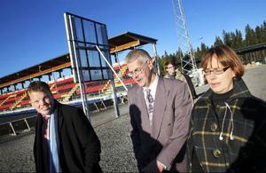 Tingsrätten gör syn på fotbollsarenan med domarna Göran Simonsson, i mitten, och Marit Åkerblom