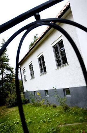 Putsad fasad och spröjsade tvåglasfönster.