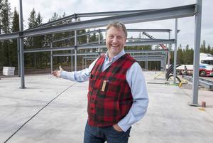 Jonas i Sälen expanderar ständigt. Här visar han stolt upp nybygget som ett produktionskök, en tvätt och ett bryggeri ska hålla till i.