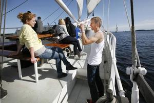 Frida Edemalm och Johan Borg tycker att turen med Baltic Beauty är kanon och ser till att föreviga utflykten.Briggen Gerda tog täten när segelfartygen anlände till invigningen av Marinfestivalen.
