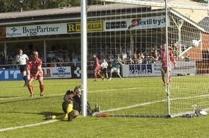 Målet med stort M (som i Mattias). Mattias Pettersson har kastat sig och språngnickat in 2–0 och matchen var definitivt avgjord. Det målet gav stående ovationer från publiken på Domnarvsvallen.