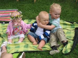 Barnbarnen firar midsommar, det ser väl härligt ut med sol och värme.