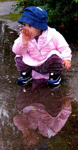 Linnea provsmakar vattnet...vilken tur att inte mamma såg det.