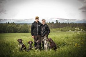 Johan och Anna Fors Ward med hundarna Muskot, Dovre, Nikka, Hirja, och Vickan.