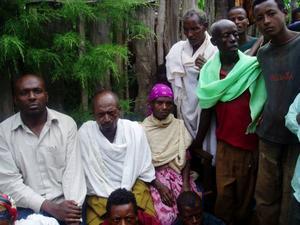 """Här är Mats i byn Moraboko. Människorna i byn som ligger ungefär 30 mil från gränsen till Sudan lever på att odla kaffe, bönor och khat.""""Jag tror att de är relativt självförsörjande"""", säger Mats."""