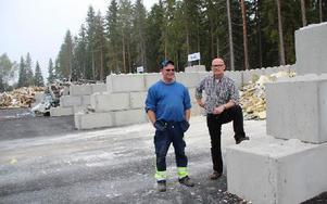 Per Evertsson och Roger Blom står i facket för deponi. Målet är att bara två procent av avfallet ska sorteras hit. Foto: Eva Högkvist