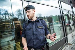 Alla poliser i Södertälje i yttre tjänst kommer att få en iphone med den nya appen. Polisen Calle Kos är positiv till den nya satsningen.