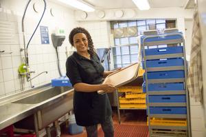 Yordanos Tewelde får sköta flera olika sysslor på restaurangen Pigalle i Gävle, dit hon varje dag pendlar från Sandviken.