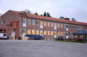 Ombyggnaden av Ljungaskolan har blivit kraftigt försenad, och ännu har inga spadtag tagits för att färdigställa förskolebarnens utemiljö.