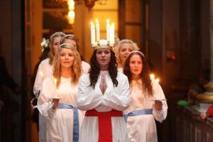 Stämningsfullt var det i Svegs kyrka när lucia och hennes följe tågadeFoto: Håkan Degselius