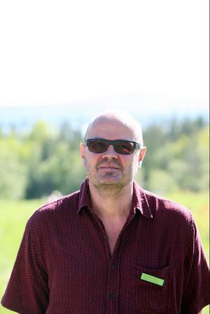 Lars Hermansson heter stipendiaten som sedan åtta dagar tillbaka bor på gården. Han har tidigare gett ut sju böcker och just nu skriver han en bok om jordens undergång. – Det är jättebra här, jag har allt jag behöver utom en skrivare. Det är stora utrymmen och härliga miljöer att gå runt omkring i. Jag tar en morgonpromenad, jobbar, cyklar till Sveg och handlar, läser och ser på tv.