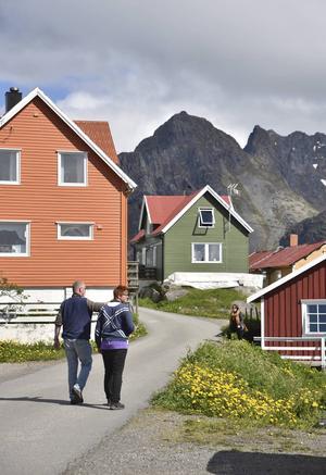 På promenad i dramtiskt belägna Henningsvaer.   Foto: Jesper Zacharias