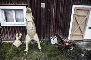 En plastkropp skvallrar om vilken aktivitet som pågår inne i verkstaden i Slåtteråsen.
