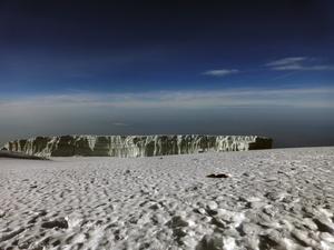 Uppe på Kilimanjaro finns glaciärer.
