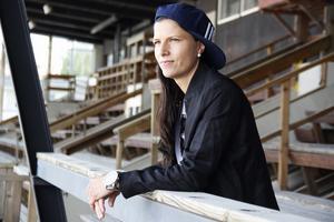 Linda Odén blickar ut över Jernvallen i Sandviken, där karriären började.