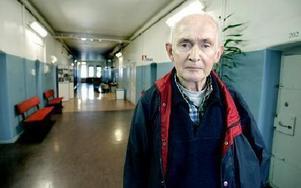 -- En fånge försökte hoppa ned från översta våningen för att ta sitt liv, berättar 74-årige Torsten Dill som tidigare tjänstgjort vid Falu fängelse.FOTO: LINA AXELSSON-BERG