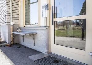 Sittbänkens position gör det omöjligt för en person med rullstol eller rullator att ta sig fram till den automatiska dörröppnaren utan att blockera dörren.