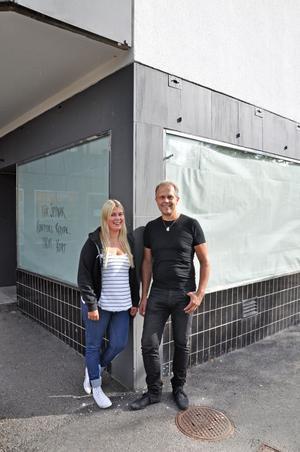 öppnar bageri. Bo Lindberg med dottern Felicia håller på att renovera lokalen för fullt. I höst ska Bageri och konditori Royal öppna i gamla Cafe Corners lokal.