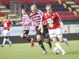 Patrik Lindgren rycker loss från Frösöbacken Viktor Andersson och går på mål i andra halvlek.