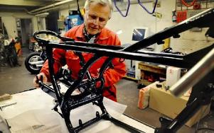 Leif Smedh går numer in för att skruva och vårda äldre tävlingsmaskiner. Den här ska så småningom visa vad den duger till också på bana. I dag är den nedmonterad i sina beståndsdelar. Foto: Christer Nyman