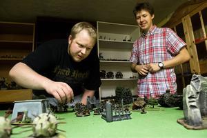 Johannes Sjölund och Marcus Westin gör sig redo för en batalj Warhammer.