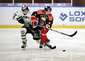 Brunflo, här i en av fjolårets derbyfajter mot ÖIK i ettan, siktar högt och är stor favorit i hockeytvåan som har premiär i kväll.