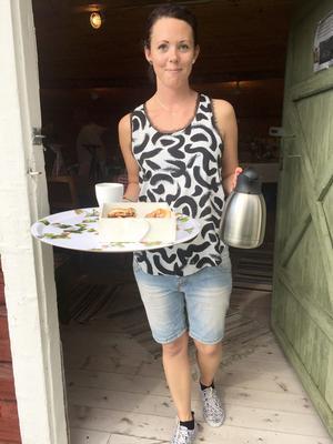 Caroline Edfeldt hade bråda dagar med kaffeserveringen. Foto: Solbritt Eidenby