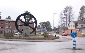 Det 70 ton tunga svänghjulet från järnverket i Horndal tjänar nu syftet som utsmyckning längs riksväg 68.