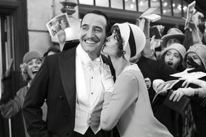 Filmstjärnor i rampluset. George Valentin (Jean Dujardin) hjälper fram den unga skådespelerskan Peppy Miller (Bérénice Bejo) men går själv en mörk framtid till mötes när ljudfilmen gör entré.