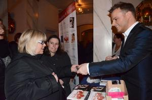 Efter konserten var kön lång till Magnus Carlsson för en autograf, ett tack eller inköp av signerade julskivor.