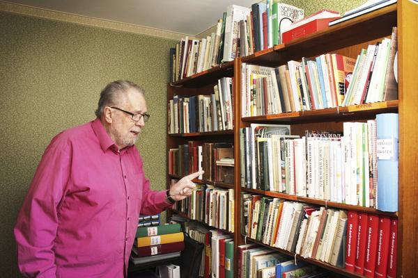 Samling. I sitt hem har Gunnar omkring 800 böcker som på något sätt berör matlagning. En av dem har han själv skrivit. I ett av husets rum står böckerna från golv till tak prydligt sorterade i hyllor. Men där får inte alla plats, såklart.
