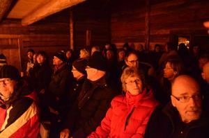 Många kom och fyllde Stadra vinterscen, den gamla timrade järnboden vid sjön Greckens strand.