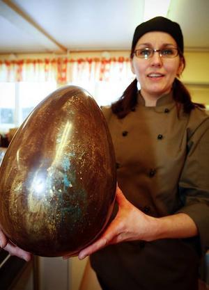 Det här chokladägget större än ett strutsägg kommer att finnas i en godisbutik i Östersund i påsk.