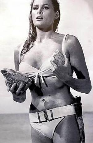 Ursula Andress som klassisk Bond-brud i Dr No.