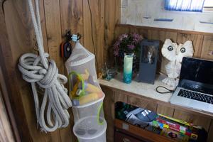 I husbåten finns allt en kan tänkas behöva med fullt fungerande elektronik.