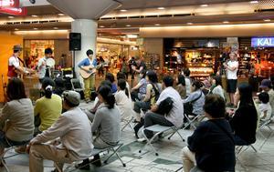 Drakskip spelar i ett köpcentrum i Japan och Torbjörn Bergkvist och Måns Berthas är på plats.