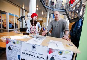 """Ett grupparbete på socionomlinjen visade att kyrkan saknade varma plagg som de kan ge till hemlösa i Östersund. """"Då bestämde vi oss för att göra en insamling"""", berättar studenten Mikael Rosman. Hans klasskamrat Evelina Schön ställde upp och arbetade med insamlingen."""