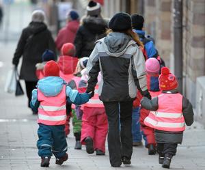 Reflexvästar finns nästan överallt, men lite roliga västar för barnen kan man få jobba för att hitta. Men med lite ansträngning kan man hitta sådana som barnen gladeligen drar på sig på väg till skolan.