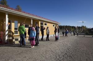 Elever och föräldrar strömmade till skolan.