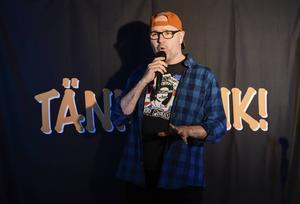 Vår recensent Peter Alzén gillade Gävlekomikern Hans Carstensens nya stand up-show där punken står í fokus. Snart ska föreställningen ges i Lund och förhoppningsvis komma ut på turné i landet.