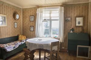 På övervåningen finns en gästdel med kök där besökande brukar bo.