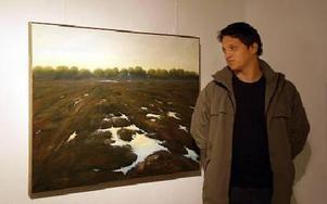 Daniel Hansson, 17, turistvärd på Hammarbacken, har den här oljemålningen av Peter Sager som sin favorit i utställningen.FOTO: ANNA ENBOM