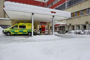 Ambulansen i Västernorrland slog rekord i antalet uttryckningar förra året. Uppdragen ökade med 13 procent jämfört med året innan. Och nu börjar man få svårt att hinna med.