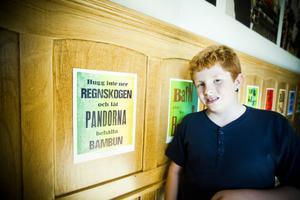 Anton Fredholm från Tallåsen besökte under lördagen vernissagen. På bilden står han vid sitt eget konstverk.